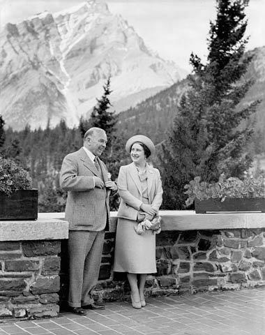 Le premier ministre canadien, la reine mère et le roi Georges VI (effacé)