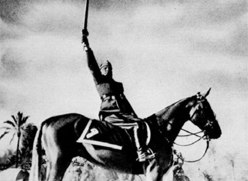 Mussolini avec et sans le palefrenier qui tient son cheval
