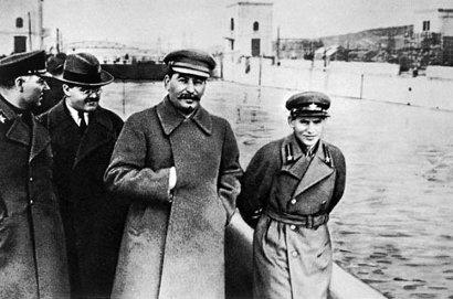 Photo falsifiée montrant Staline et Yezhov